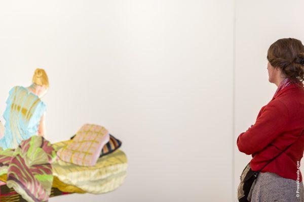 Vrouw kijkt naar kunstwerk van Martin Fenne