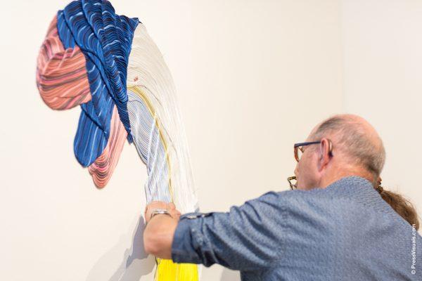 Man en vrouw die kunstwerk aanraken