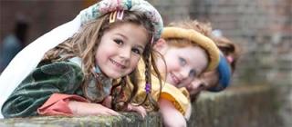 Verklede kinderen tijdens een feestje bij het Kasteel