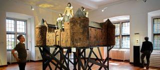 Bezoeker bekijkt een kunstwerk van Museum Helmond.