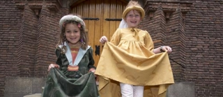 Kinderen in middeleeuwse kleding.