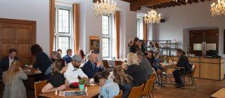 Zaal vol bezoekers van Museum Helmond.