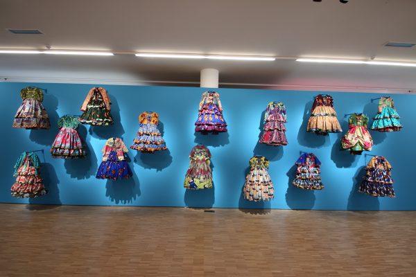 Wand met Victoriaanse kostuums uitgevoerd in Vlisco stoffen