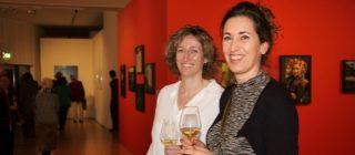 Twee lachende personen in Museum Helmond.