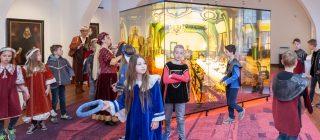 Groep kinderen verkleed in historische kledij.