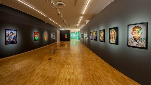Kunsthal met groot formaat kleurenfoto's