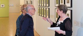 Bezoekers krijgen rondleiding over kunst.
