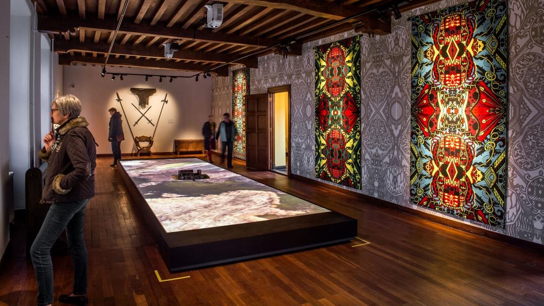 Ruimte met kunstwerken en bezoekers