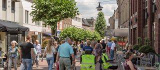 Een drukke straat in de stad Helmond.