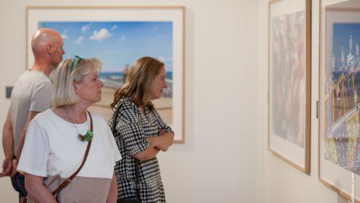 Bezoekers bij tentoonstelling Carl de Keyzer