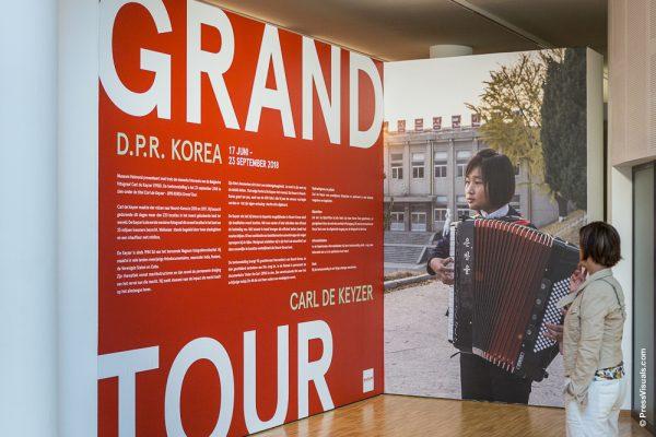Wand met interview Carl de Keyzer met rechts een afbeelding van een muzikant die accordeon speelt