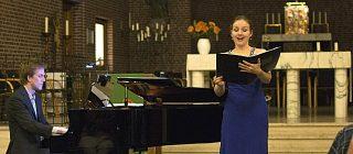 Persoon die zingt in de kerk en iemand die piano speelt.