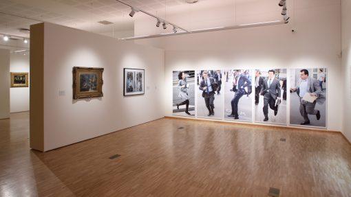 Kunsthal met afbeeldingen van zakenlui op straat