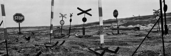 Verkeersborden bij een kolenmijn in de Zwarte Driehoek regio in Tsjechië