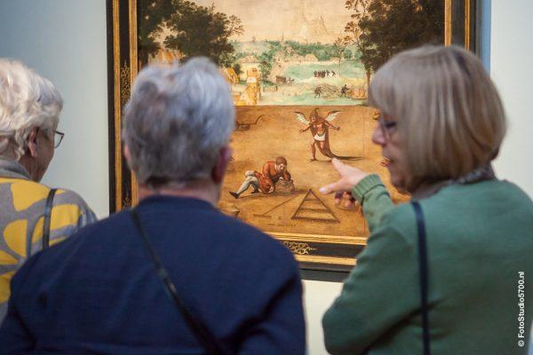 Drie vrouwen staand voor schilderij