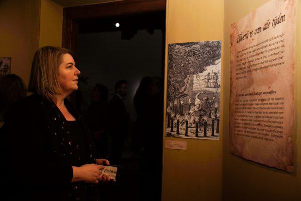 Vrouw bekijkt authentiek document