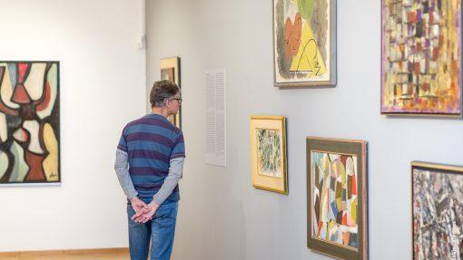 Man bekijkt schilderijen