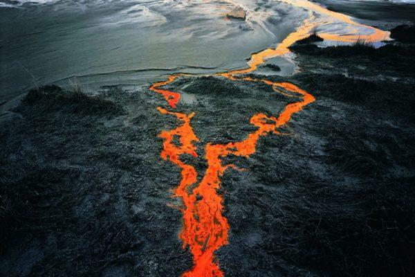 Werk van Edward Burtynsky genaamd Nickel Tailings waarop een oranje rivier te zien is