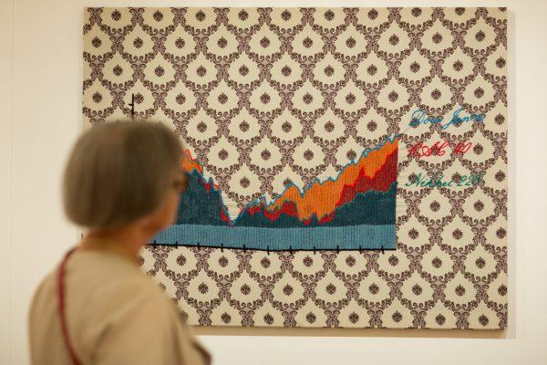 Vrouw voor kunstwerk gemaakt van textiel