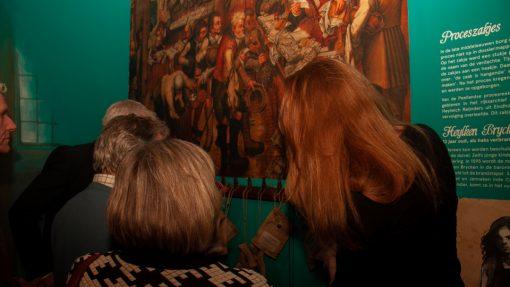 Bezoekers bekijken kunstwerk