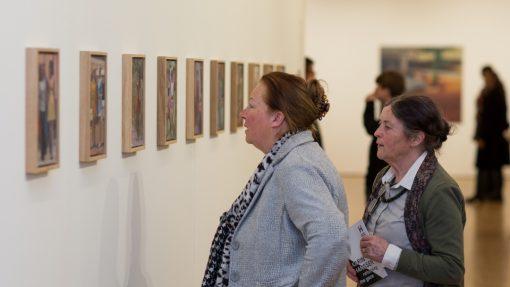 Twee vrouwen bekijken olieverf doeken