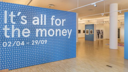 Wand in kunsthal met tekst It's all for the money