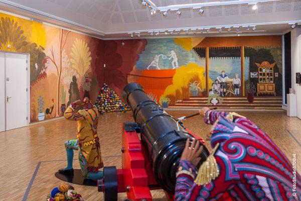 Yinka Shonibare's 'Cannonball heaven', gericht op de 25 meter lange muurschildering van Gijs Frieling.