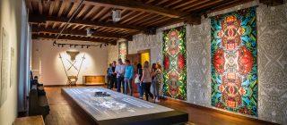 Bezoekers bekijken tentoonstelling in Kasteel Helmond.
