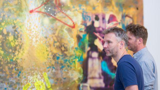 Twee mannen voor kleurrijk kunstwerk