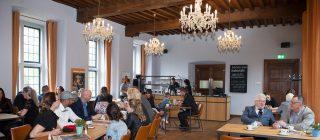 Bezoekers die genieten van de high tea bij Kasteel Helmond.