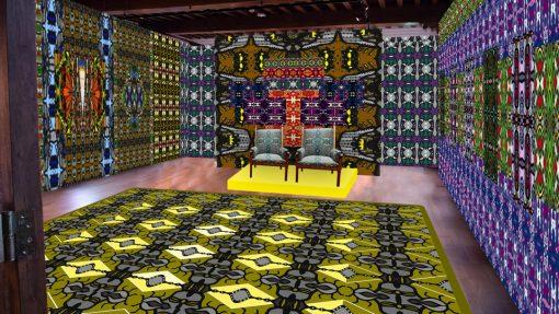 Ruimte met wanden als kunstwerk, groot kunstwerk op de grond en twee stoelen in het midden
