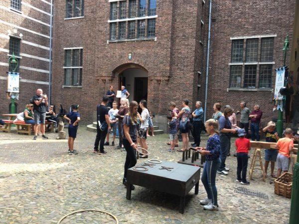 Kasteelactiviteiten op de binnenplaats van Kasteel Helmond