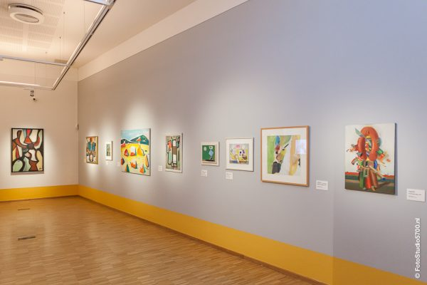 Verschillende kunstwerken van de tentoonstelling aan de muur