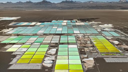 Overzichtsfoto van gekleurde akkers in de woestijn