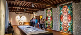 Kamer in Kasteel Helmond met muur vol patronen.