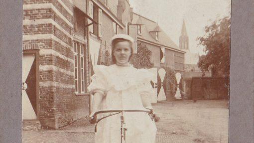 Oude foto van Emelie op fiets voor het kasteel